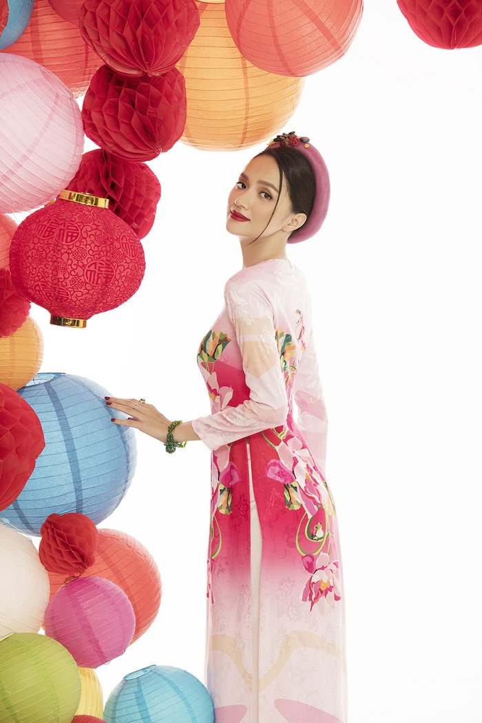 """Hoa hậu chuyển giới Hương Giang mặc áo dài """"Đám cưới chuột"""" đón xuân Canh Tý - Ảnh 4."""