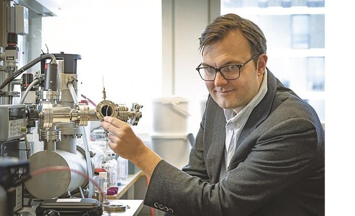 Theo GS. Kasper Moth-Poulsen, trong vòng một thập kỷ tới, chai năng lượng mặt trời sẽ trở thành thương phẩm được phân phối rộng rãi