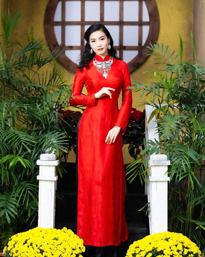 Họa sĩ, diễn viên Lương Giang - Xúng xính áo dài đỏ - Ảnh 1.