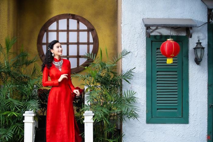 Họa sĩ, diễn viên Lương Giang - Xúng xính áo dài đỏ - Ảnh 2.