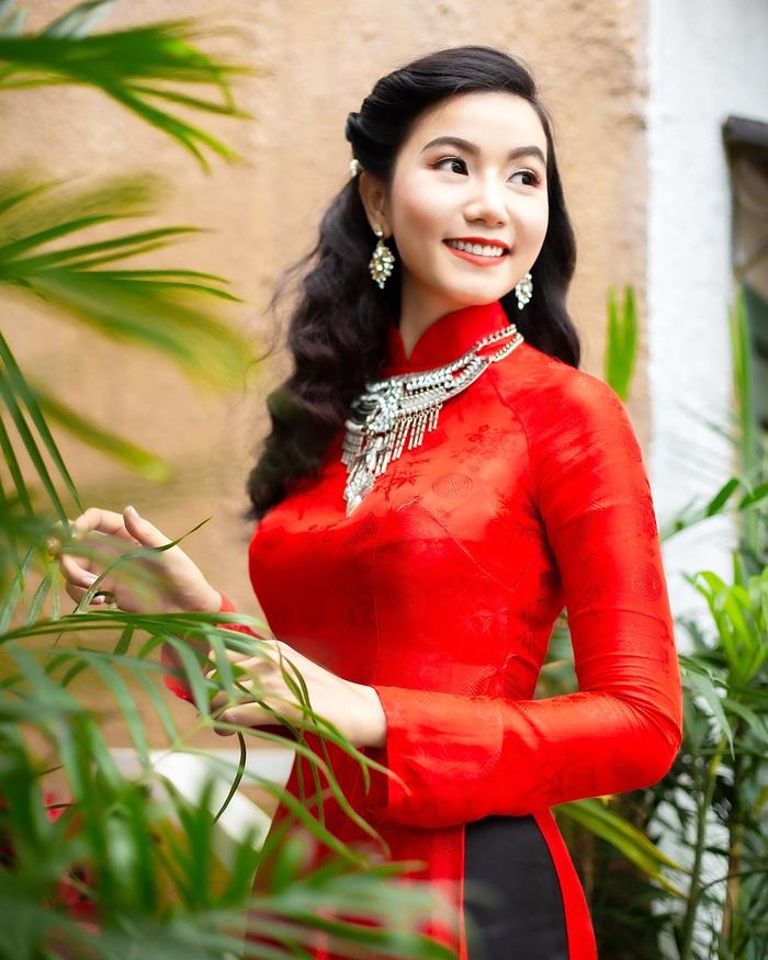 Họa sĩ, diễn viên Lương Giang - Xúng xính áo dài đỏ - Ảnh 3.