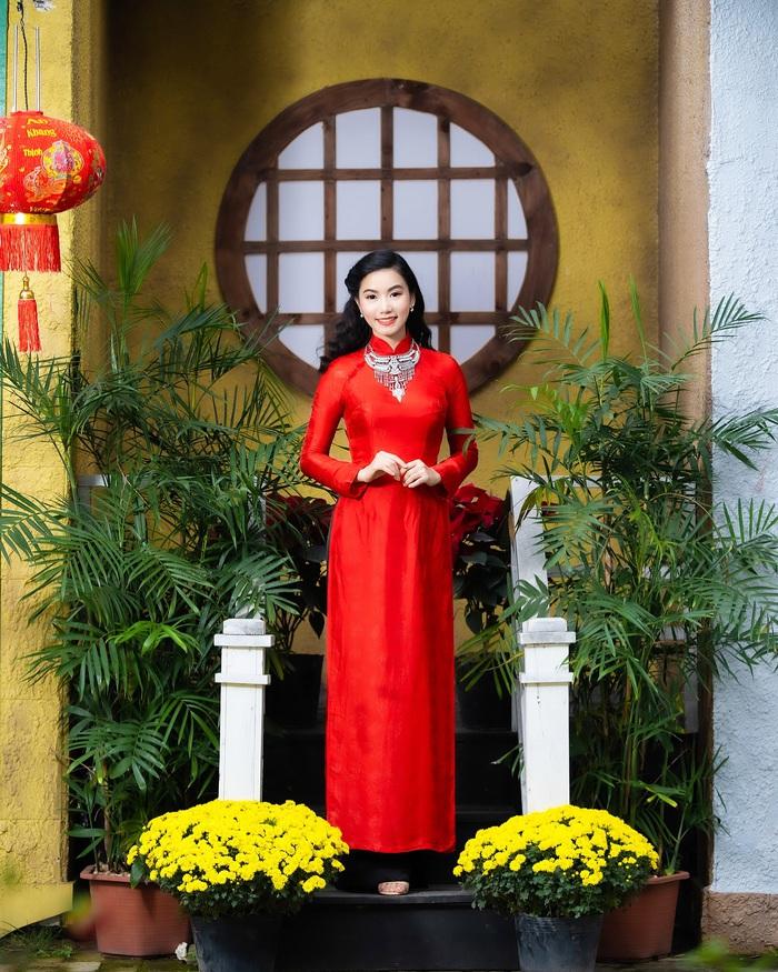 Họa sĩ, diễn viên Lương Giang - Xúng xính áo dài đỏ - Ảnh 4.