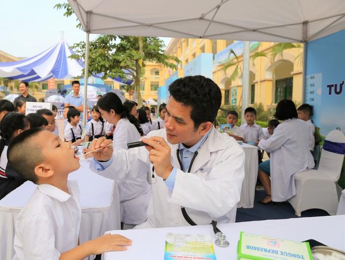 ại các chương trình, các em học sinh được các bác sĩ của Trung tâm Tư vấn Dinh dưỡng Vinamilk trực tiếp khám và tư vấn dinh dưỡng miễn phí