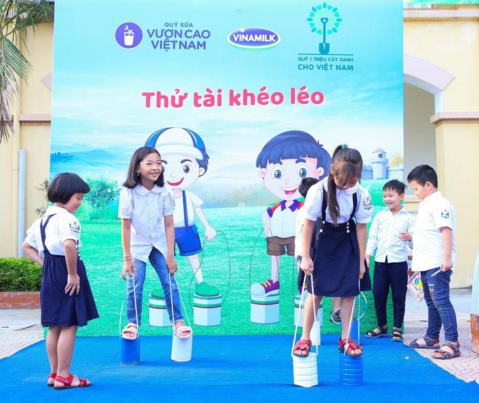Các em học sinh vui thích hòa mình vào những sân chơi sôi động tại các ngày hội do Quỹ sữa Vươn Cao Việt Nam tổ chức