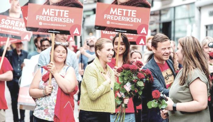 Thủ tướng Đan Mạch Mette Frederiksen bên người ủng hộ