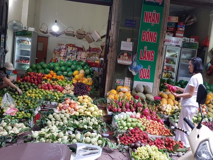 Trái cây tăng giá chóng mặt, người tiêu dùng rủ nhau vào siêu thị sắm mâm ngũ quả  - Ảnh 1.