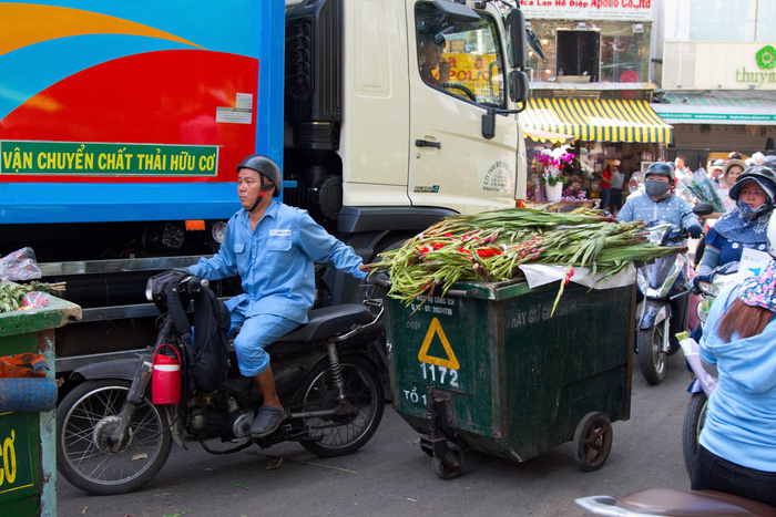 Những bó Huệ đang được đưa tới xe thu rác dù trong chợ vẫn còn kẻ bán người mua