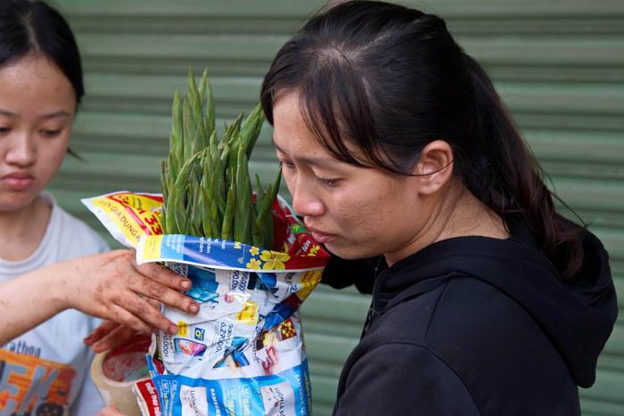 Do kẹt xe hoa lên chợ trễ, chị Ngân rơi nước mắt vì  phải ôm 4.000 bó Huệ tươi sát giờ giao thừa