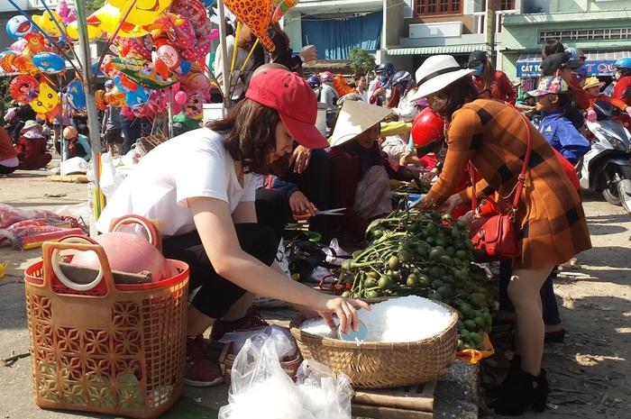 Phiên chợ độc đáo chỉ họp vào mùng 1 Tết Nguyên đán - Ảnh 1.