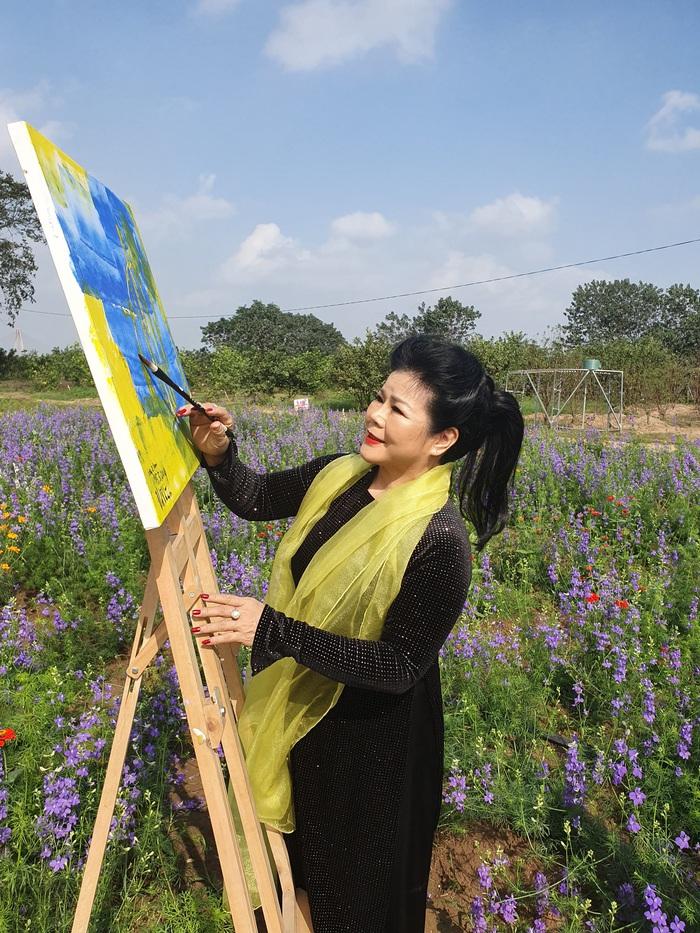 Vẽ tranh bên cánh đồng hoa ven sông Hồng