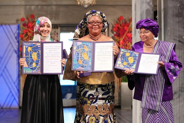 Bà Leymah Gbowee (giữa) nhận giải Nobel Hòa bình năm 2011 cùng thủ tướng Ellen Johnson Sirleaf (phải) và Tawakkul Karman