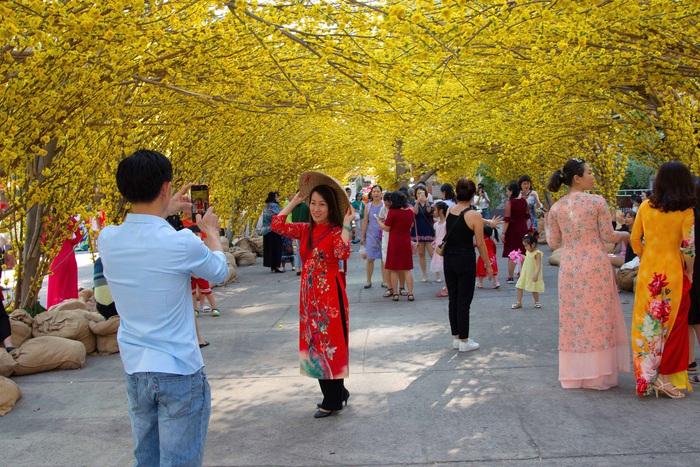 Áo dài như một trang phục không thể thiếu trong những khu vui xuân ngày Tết, nó làm cho hình ảnh Tết vẫn luôn đậm đà nét văn hóa Việt không lẫn vào đâu được
