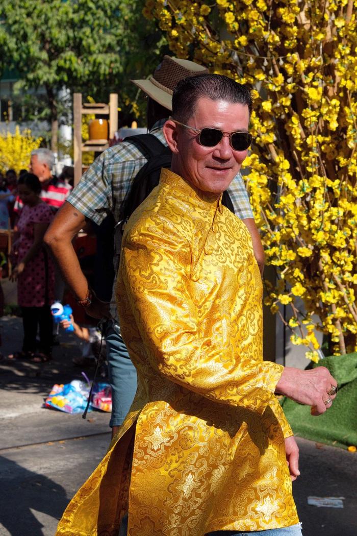 Một người đàn ông trông hiện đại và mạnh mẽ trong chiếc áo dài nam tại Q1 TPHCM