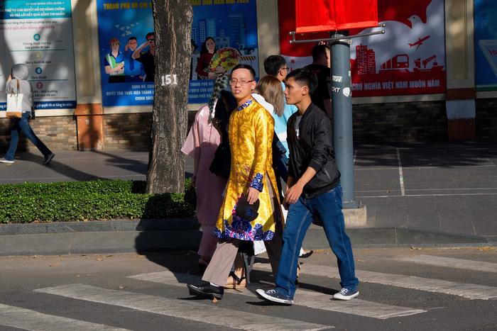 Hình ảnh nam giới mặc áo dài ngày càng nhiều trên phố Sài Gòn, đặc biệt trong các dịp lễ Tết
