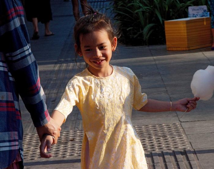 Một khách du xuân cho biết mình muốn con cái yêu chiếc áo dài và ý thức được nét đẹp độc đáo của dân tộc từ tuổi cắp sách đến trường