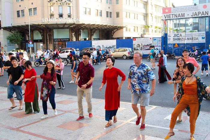 Một nhóm bạn cùng khiêu vũ trước nhà hát thành phố, một thành viên chia sẻ nhóm có chung sở thích nhảy dân vũ phương Tây nhưng luôn yêu chiếc áo dài của dân tộc mình