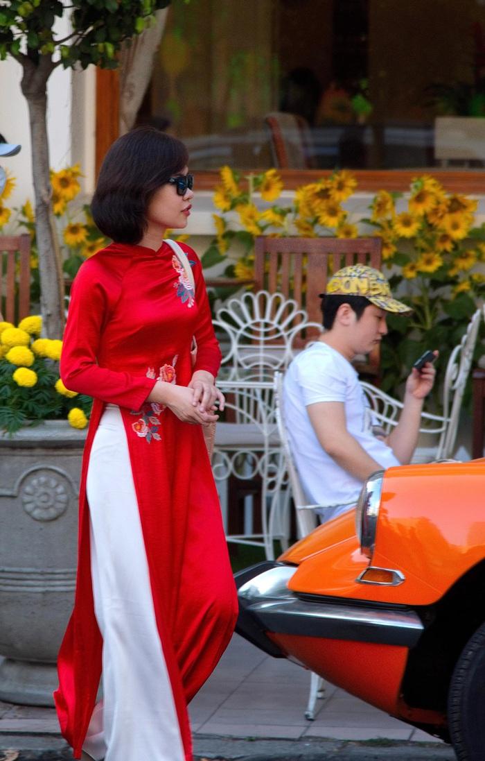 Một phụ nữ trong phong cách thời trang  Sài Gòn xưa trước khách sạn Continental ở Q1