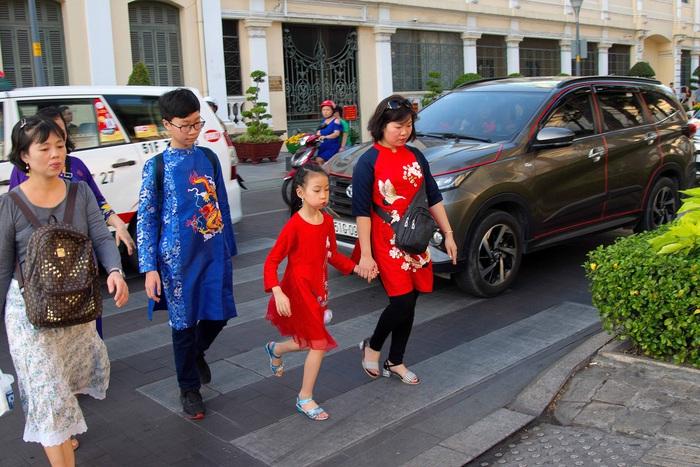 Ngày càng nhiều gia đình sắm sửa áo dài cho con cái diện trong những dịp lễ hội