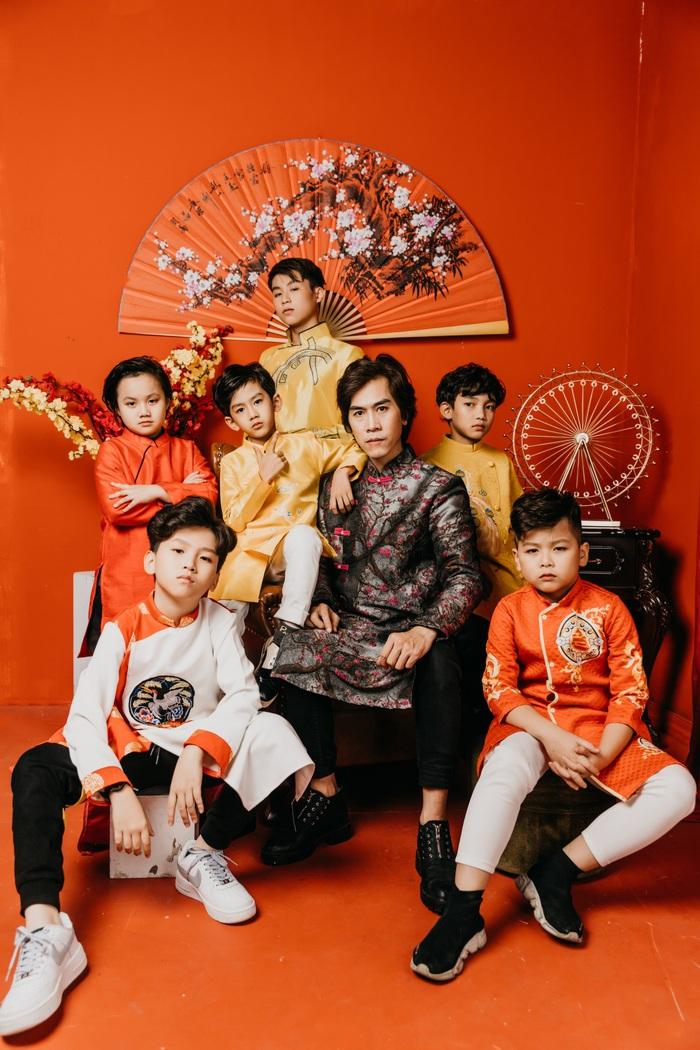 Đạo diễn Huy Lio cùng các hotboy nhí của chương trình đào tạo Sao nhí Toàn năng