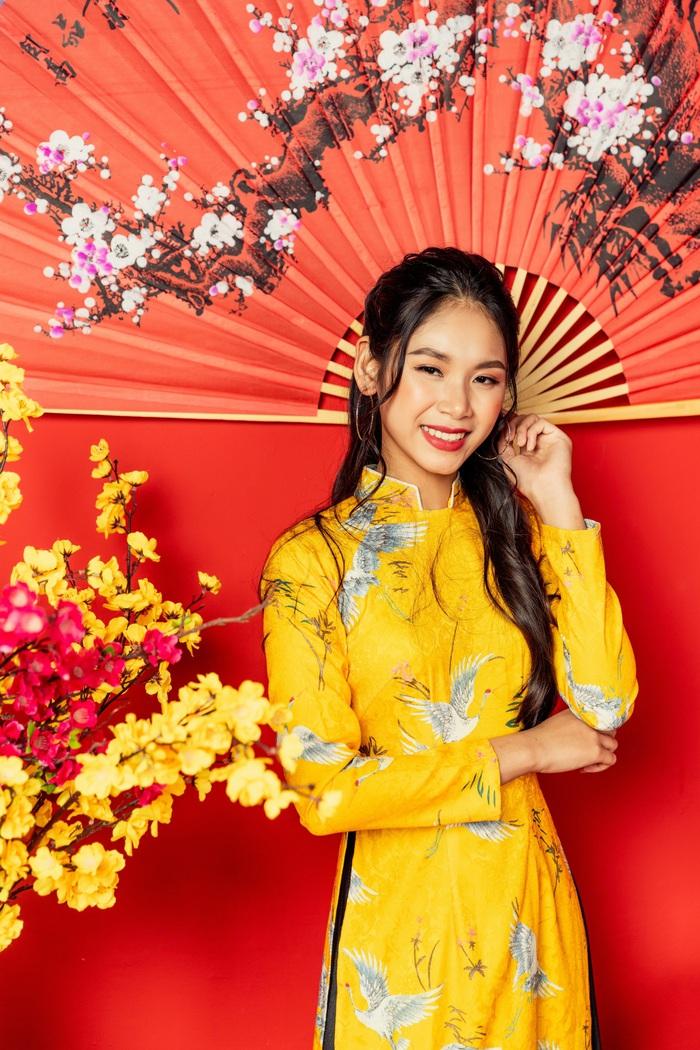 Quán quân Miss and Mister Future 2019 Ngọc Anh rạng rỡ trong tà áo dài vàng mang sắc hoa mai