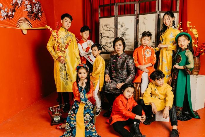 Đạo diễn Huy Lio diện áo dài Tết rực rỡ cùng dàn tài năng nhí  - Ảnh 1.