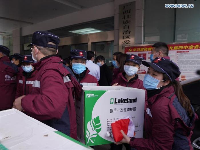 Các thành viên của một đội y tế từ tỉnh Quảng Tây (Trung Quốc) mang theo vật tư y tế đến Vũ Hán để hỗ trợ điều trị