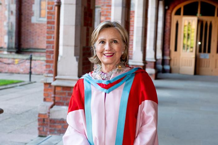 Cựu ngoại trưởng Mỹ Hillary Clinton tại lễ tốt nghiệp danh dự ở đại học Queen, Belfast, Bắc Ireland tháng 10/2018