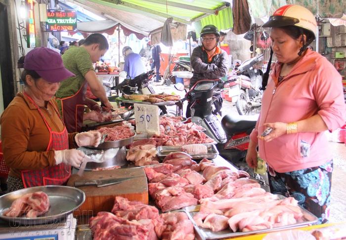 Giá thịt lợn tại các chợ đồng loạt giảm  - Ảnh 1.