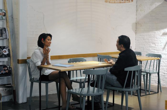 H'Hen Niê trao đổi với đạo diễn Lương Đình Dũng