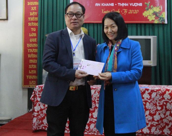 Phó Chủ tịch Hội LHPN Việt Nam Bùi Thị Hòa (bên phải) tặng quà cho đại diện Ban Quản lý Khu di tích Đền thờ Nguyên phi Ỷ Lan