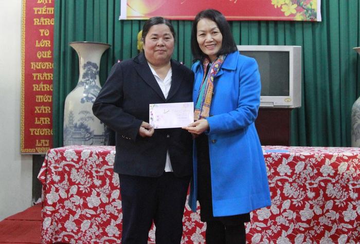 Phó Chủ tịch Hội LHPN Việt Nam Bùi Thị Hòa (bên phải) tặng quà cho đại diện Hội LHPN xã Dương Xá