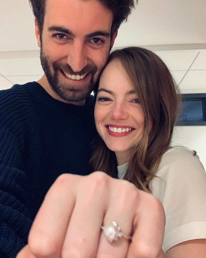 """""""Nữ thần Oscar"""" Emma Stone khoe nhẫn đính hôn tuyệt đẹp trị giá 45.000 USD - Ảnh 1."""