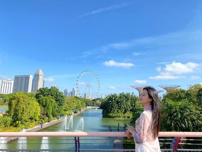 Á khôi Miss Photo Thạch Thảo diện áo dài rạng rỡ ở Singapore  - Ảnh 1.