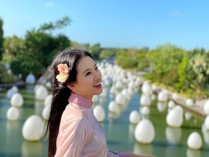 Á khôi Miss Photo Thạch Thảo diện áo dài rạng rỡ ở Singapore  - Ảnh 5.