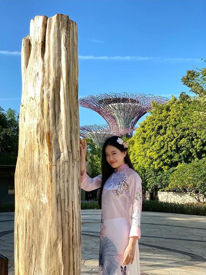 Á khôi Miss Photo Thạch Thảo diện áo dài rạng rỡ ở Singapore  - Ảnh 3.