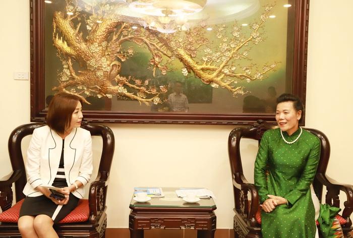 Phó Chủ tịch Hội LHPN Việt Nam Nguyễn Thị Tuyết và bà Motegi Emi - Phu nhân Ngoại trưởng Nhật Bản Motegi Toshimitsu