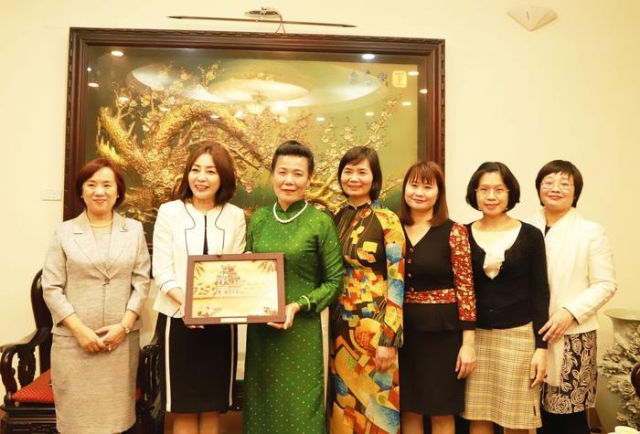 Phó Chủ tịch Nguyễn Thị Tuyết và đại diện các đơn vị của Hội tặng tranh gạo cho bà Motegi Toshimitsu
