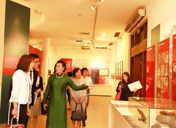 Phó Chủ tịch Nguyễn Thị Tuyết giới thiệu với bà Motegi Toshimitsu về Bảo tàng Phụ nữ Việt Nam