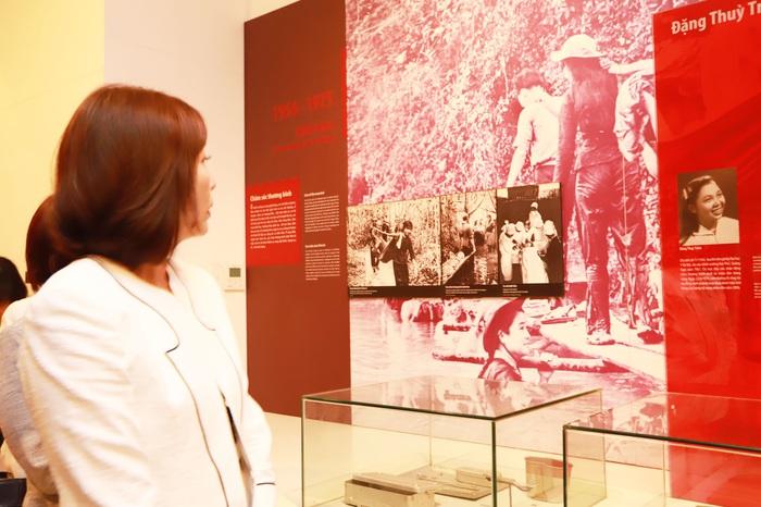 Bà Motegi Toshimitsu quan tâm đến truyền thống anh hùng của phụ nữ Việt Nam