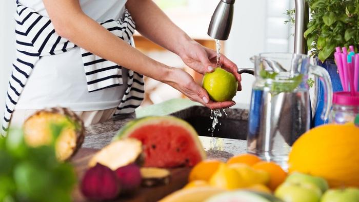 Dung dịch nước – giấm có thể loại bỏ 98% hóa chất có trong trái cây.