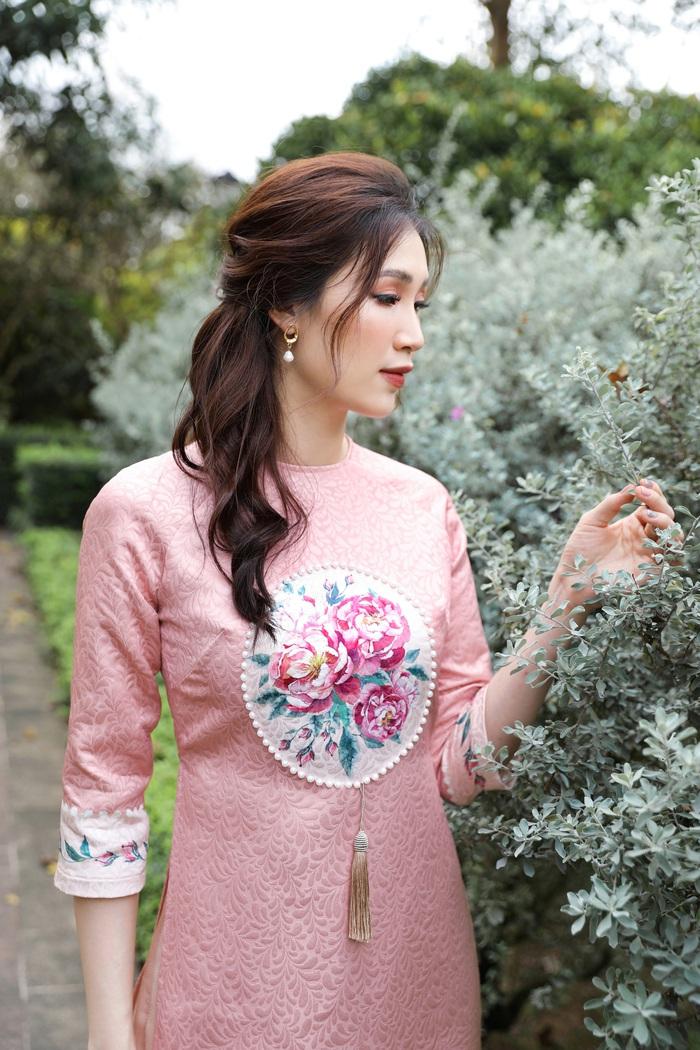 Hoa hậu Phí Thùy Linh đẹp nền nã với áo Tết  - Ảnh 1.