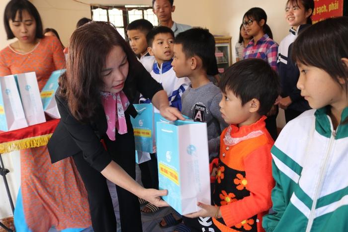 """Hội Liên hiệp Phụ nữ Việt Nam trao tặng quà """"Tết yêu thương"""" cho người nghèo cùng ven biển Hà Tĩnh - Ảnh 7."""