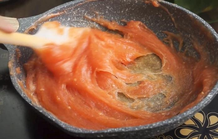 Khuấy nhanh tay đến khi hỗn hợp dẻo, không bị dính chảo, tắt bếp