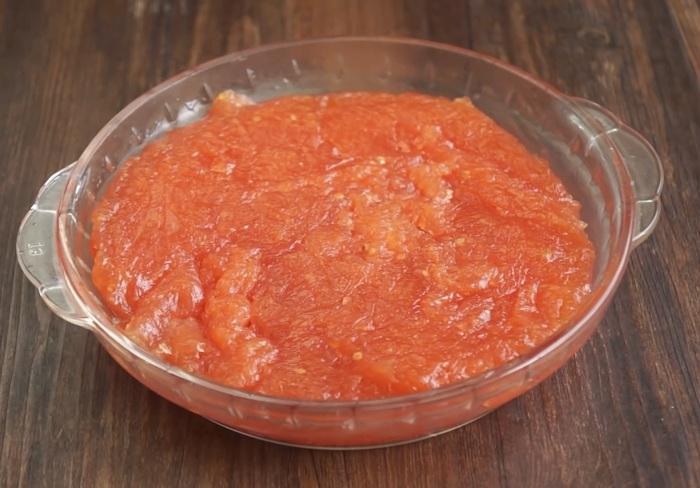 Quết dầu ăn xung quanh khay, cho kẹo cà chua vừa đun vào, dàn đều, để nguội