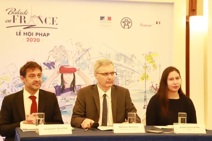Đại sứ Pháp tại Hà Nội Nicolas Warnery (giữa) chia sẻ tại cuộc họp báo