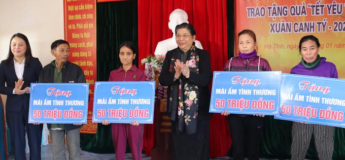"""Hội Liên hiệp Phụ nữ Việt Nam trao tặng quà """"Tết yêu thương"""" cho người nghèo cùng ven biển Hà Tĩnh - Ảnh 4."""
