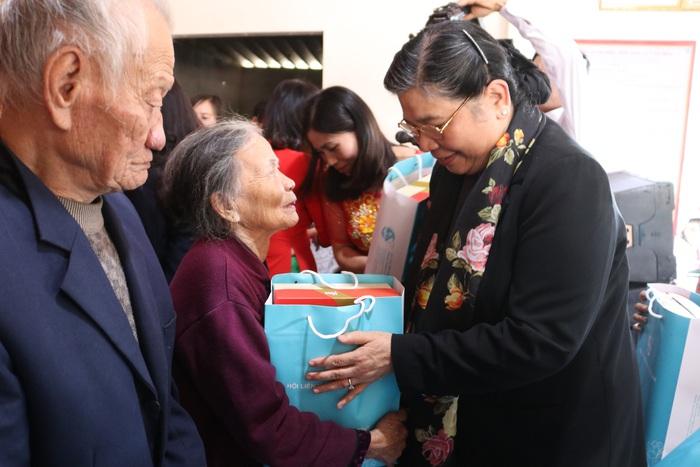 """Hội Liên hiệp Phụ nữ Việt Nam trao tặng quà """"Tết yêu thương"""" cho người nghèo cùng ven biển Hà Tĩnh - Ảnh 3."""