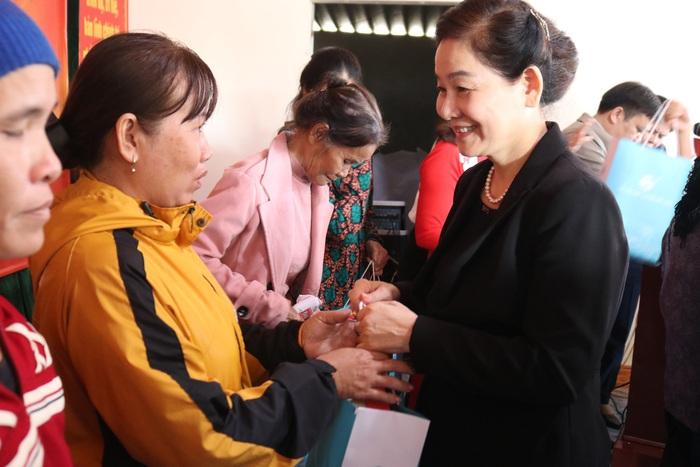 """Hội Liên hiệp Phụ nữ Việt Nam trao tặng quà """"Tết yêu thương"""" cho người nghèo cùng ven biển Hà Tĩnh - Ảnh 6."""