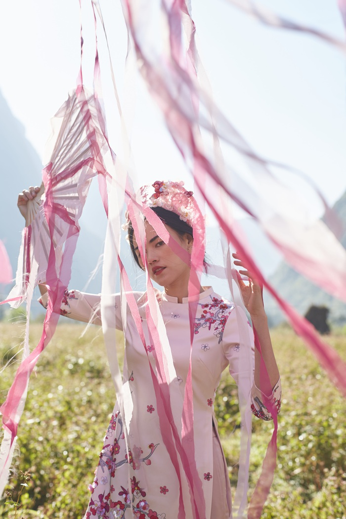 Những chiếc áo dài xuân mang hơi thở của văn hóa dân tộc cũng như một lời nguyện ước mong cầu về một năm mới sum vầy, hạnh phúc.