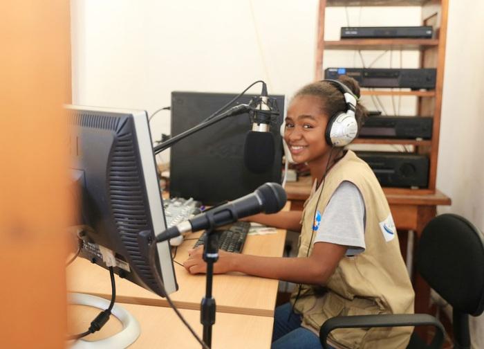 Christella Razanamalala chuẩn bị cho chương trình phát thanh hàng tuần